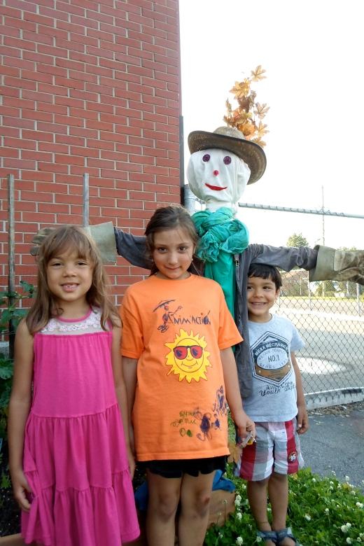 Alicia, Maïka et Hermann sous le nouveau gardien du potager
