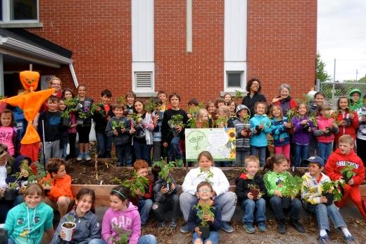 Deux classes sur 4 qui ont participé cette années aux semis qui garnissent le potager de l'école mais aussi ceux des enfants.