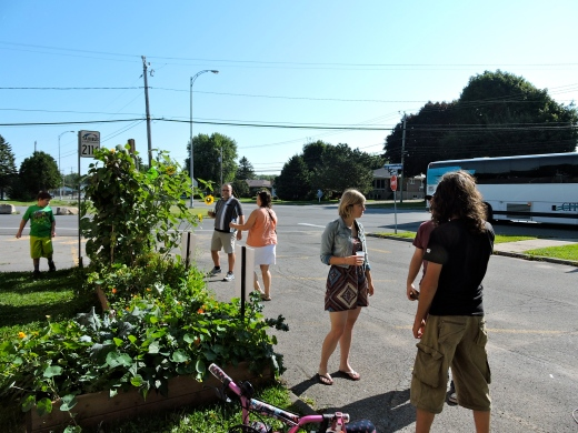 Guidées par Jasmine Kabuya Racine et Stéfanie Renaud, les participants découvrent le jardin libre-service en façade l'école.