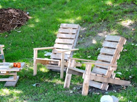 Aussi solides que belles, ces chaises Adirondak sont du pur recyclage de palettes! Conception et réalisation par Francis Naud Véronneau.