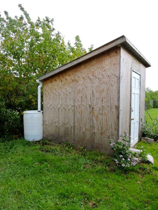 Une cabane à outils dont le toit permet de récupérer l'eau de pluie pour arroser. Lorsque la porte du cabanon est ouverte, c'est le signal que les enfants peuvent venir au jardin afin de ne pas échapper à la vigilance des surveillants!