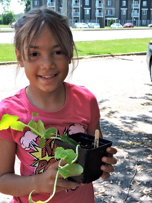 Alicia Guilbault tient un semis de courge réalisé en classe. Photo par Jasmine Kabuya Racine.